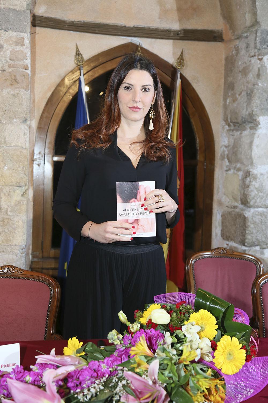 Dottoressa Maria Teresa D'Agostino con in mano il libro Acufene quel maledetto fischio